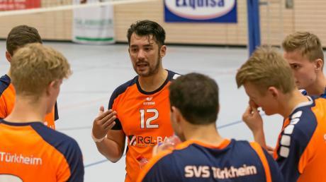 Türkheims Spielertrainer Robert Frey (Mitte) forderte von seinem Team, befreit aufzuspielen. Das misslang in Schwaig.