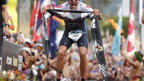 Außerhalb vom Triathlon kann er sehr gut verlieren: Jan Frodeno. Foto: Marco Garcia/AP/dpa