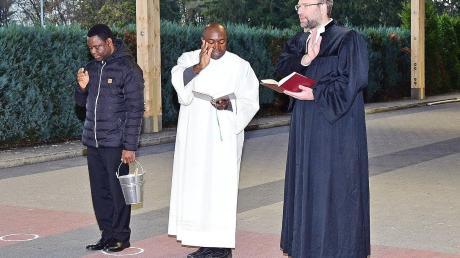 Die Pfarrer Paul Igbo und Johannes Späth weihten die Überdachung der Stockbahnen in Karlshuld ein.