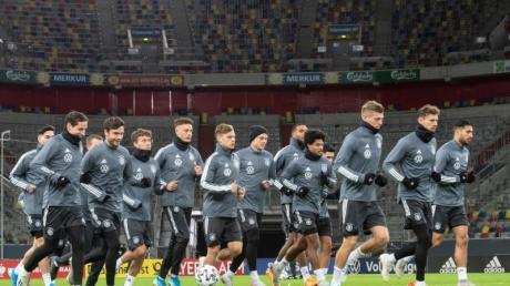 Hat die Qualifikation für die EM selbst in der Hand: Die deutsche Nationalmannschaft beim Training in Düsseldorf. Foto: Bernd Thissen/dpa