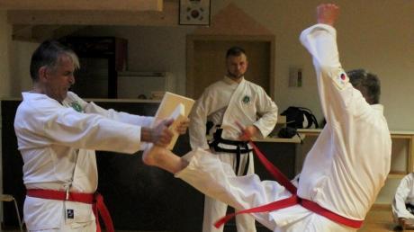 Auch der Bruchtest gehört zur Schwarzgurt-Prüfung beim Taekwondo. Robert Unger meisterte diese Disziplin ebenso souverän, wie alle anderen Aufgaben.