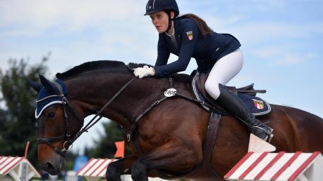 Das Glück dieser Erde liegt für Melanie Pensold auf dem Rücken der Pferde. Aber auch beruflich ist sie eng mit dem Reitsport in Kontakt.