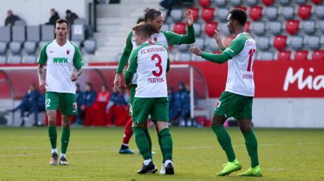 Die Tore für den FCA gegen Bayern II besorgten Julian Schieber, Mads Pedersen und Noah Sarenren Bazee mit einem Doppelpack.