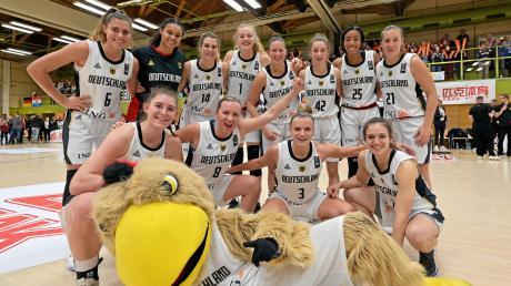 """Nach einer tollen Leistung hatte die deutsche Basketball-Nationalmannschaft der Frauen (links vorne Luisa Geiselsöder) zusammen mit Maskottchen """"Arnold"""" Grund zur Freude. Der Start in die EM-Qualifikation ist in Nördlingen bestens geglückt."""