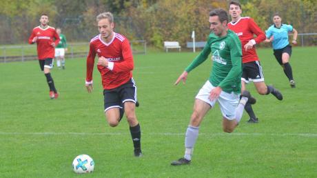 Nicht nur hinterherlaufen wollen Michael Pfeifer (Mitte, rotes Trikot) und Philipp Boser (rechts) vom TSV Friedberg, wenn es gegen Aystetten geht.