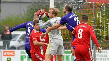 Fest zupacken will Merings Keeper Julian Baumann, wenn es am Sonntag gegen den TSV Gilching geht. Die Meringer haben nach wie vor Personalsorgen, sind aber dennoch zuversichtlich.