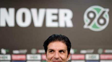 Hannover 96 hat den neuen Trainer vorgestellt: Kenan Kocak spricht bei der Pressekonferenz in der HDI Arena.