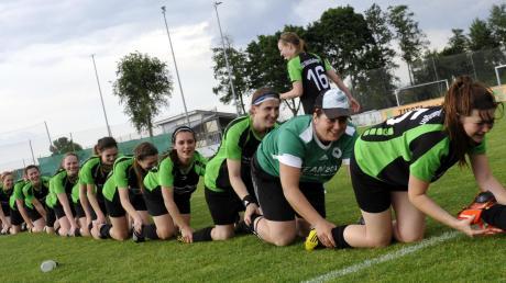 Die Raupe als Ritual der Meisterfeier – hier gebildet von den Fußballerinnen der SG Glött/Aislingen nach ihrem Bezirksliga-Titelgewinn 2014.