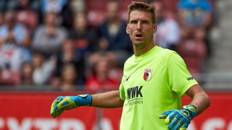 Andreas Luthe, Torhüter des FC Augsburg, will die Saison trotz der Corona-Krise zu Ende spielen.