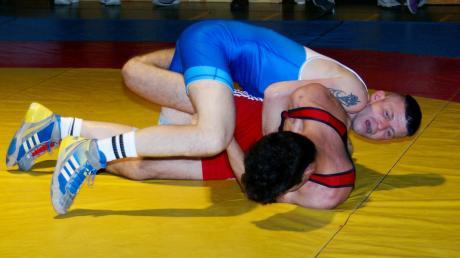Auf Merings André Spiekermann (blaues Trikot) wird am Samstag im Derby gegen Kottern einer der Schlüsselkämpfe zukommen.