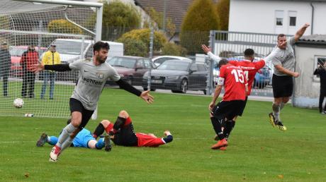 Lagerlechfelds Nikolai Kosak (links) bejubelt seinen wichtigen Treffer gegen den FC Haunstetten (rote Trikots). Auch in Anhausen möchte der Aufsteiger erfolgreich sein.