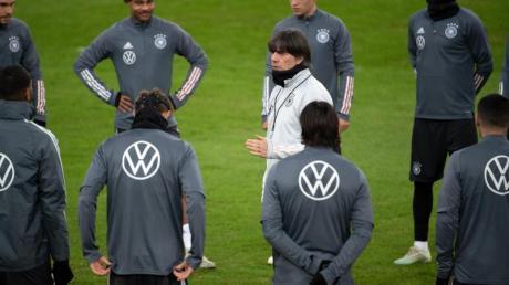 Bundestrainer Joachim Löw richtet sich beim Abschlusstraining mit einer Ansprache an die Nationalmannschaft.