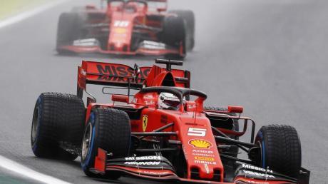 Fuhr Tagesbestzeit vor seinem Teamkollegen: Sebastian Vettel (vorn) vor Charles Leclerc. Foto: Nelson Antoine/AP/dpa