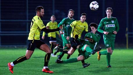 Mit viel Einsatz konnte der TSV Nördlingen II gestern Abend bis zu 88. Minute beim TSV Gersthofen sein Tor sauber halten. Dann traf Rudi Kine (im Hintergrund) zum 1:1. Hier scheitern noch Ferkan Secgin (links) und Oktay Yavuz.