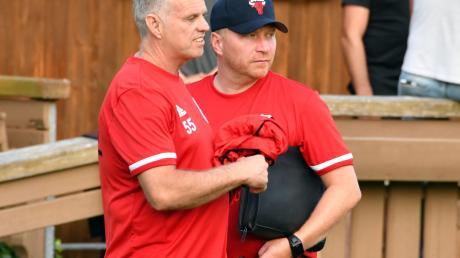 Es gibt viel zu besprechen vor dem Derby: Torwarttrainer Guido Martin und Trainer Christian Möller vom SV Egg.