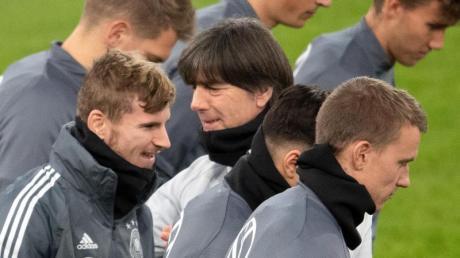 Wollen einen Showdown gegen Nordirland unbedingt verhindern: Bundestrainer Joachim Löw und seine Nationalspieler. Foto: Federico Gambarini/dpa