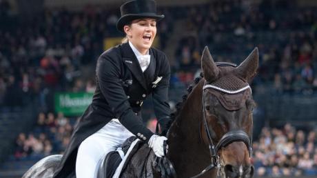 Lisa Müller feiert ihren ersten Platz auf ihrem Pferd Stand by me.