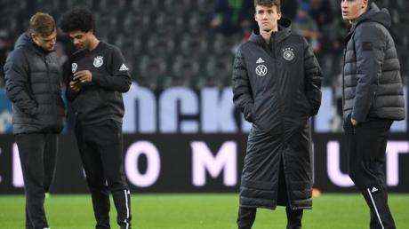 Die deutschen Nationalspieler stehen vor dem Spiel gegen Weißrussland über das Spielfeld.