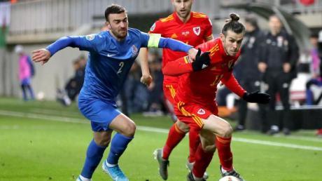 Der Waliser Gareth Bale (r) setzt sich mit dem Ball gegen Gara Garayev aus Aserbaidschan durch. Foto: Bradley Collyer/PA Wire/dpa