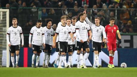 Torschütze Toni Kroos (M/8) feiert mit seinen Teamkollegen das 3:0 gegen Weißrussland. Foto: Christian Charisius/dpa