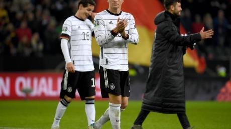 Toni Kroos (M) ist der Stabilisator im DFB-Mittelfeld. Foto: Federico Gambarini/dpa