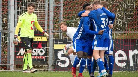 Während Deisenhofen jubelt, holt Florian Mayer (hinten) den Ball aus dem Netz. Landsbergs Ersatzkeeper Nicolas Schestak musste drei Gegentreffer hinnehmen.