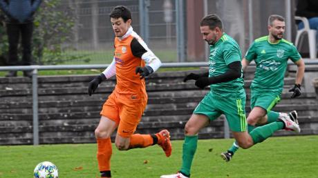 Philipp Miller (links) glänzte gegen den FC Grün-Weiß Ichenhausen um Fernando Hammerschmidt mit einem Dreierpack. Am Ende siegte der SVM mit 5:2.