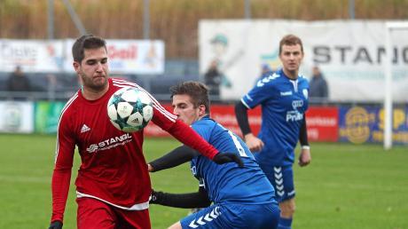 Benedikt Engl (links, hier im Duell mit Maximilian Tyroller) bereitete alle drei Rinnenthaler Treffer vor.