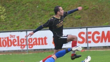 Tarek Raboue (schwarzes Trikot) vergab die wohl größte Chance der Sportfreunde in Sielenbach. Die Ostler verloren mit 0:2.