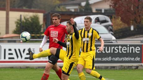 Marcel Kienle (Mitte) und die Sport-Freunde Bachern überwintern nach dem Sieg gegen Gundelsdorf auf dem vierten Tabellenplatz,.