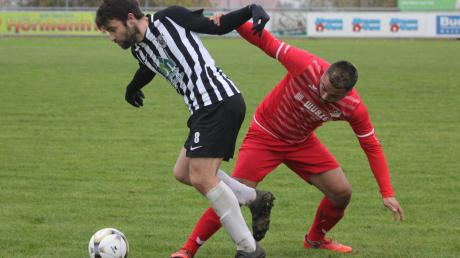 Bora Kalkan vom FC Affing (rechts) kann den Meitinger Nemanja Ranitovic nicht halten.