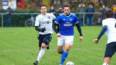 Spielertrainer Jonas Zeller (rechts) besiegte mit der SpVgg Joshofen-Bergheim den SC Ried (Halil Samsa) mit 2:1.