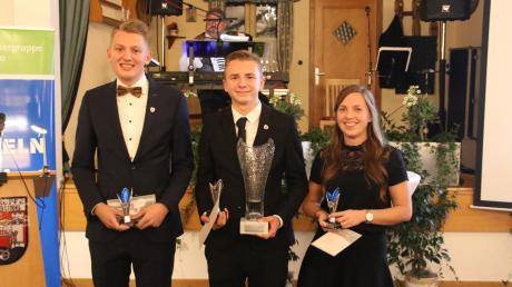Ehrung für die Schiedsrichter des Jahres: Sieger Jonas Krzyzanowski (Mitte) umrahmt von der Zweitplatzierten Lena Höche und und dem Dritten Fabian Hegener.