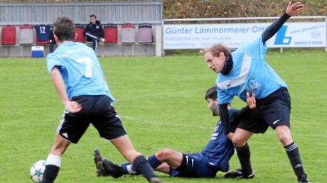 Die SV Niederhofen/Ehingen, hier Manuel Kleemann (links), gewann gegen den TSV Wolferstadt mit 3:2. Marco Meyer (rechts) köpfte zum 1:1 ein.