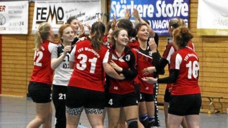 Es darf gejubelt werden: Wertingens Handballerinnen nach dem Sieg im Bezirksoberliga-Derby gegen Meitingen.