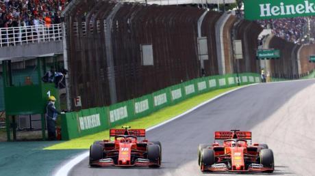 In Brasilien krachten die Ferrari-Piloten Sebastian Vettel (r) und Charles Leclerc zusammen.