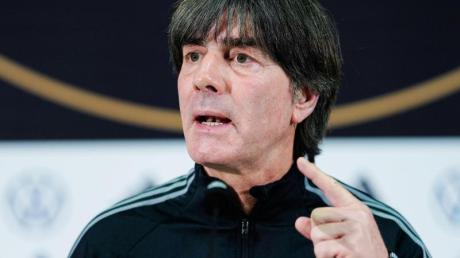 Joachim Löw (r) bereitet das DFB-Team auf das Spiel gegen Nordirland vor.