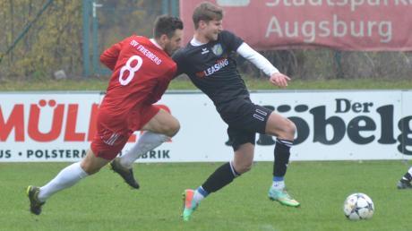 Fränky Rajc (links) und der TSV Friedberg liefen den Akteuren des Spitzenreiters Aystetten –hier Niklas Kratzer – oft hinterher. Der TSV unterlag mit 0:2.