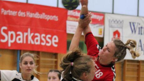 Lara Leis (hier beim Sprungwurf gegen Wertingen) und die Handballerinnen des TSV Aichach kassierten bei der TSG Augsburg die erste Niederlage der Saison und sind jetzt nur noch Tabellenzweiter.