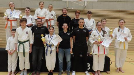 Zufriedene Gesichter: Die Sportler des Karate-Dojo des FC Ehekirchen können mit ihren Ergebnissen in der Punktrunde zufrieden sein. Drei Karatekas holten Platz eins, drei weitere wurden Zweiter.