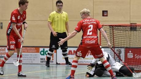 Daniel Falkenberger (rechts, links Marco Keß) behielt in der Verlängerung die Nerven und erzielte den Siegtreffer für die Red Hocks Kaufering.