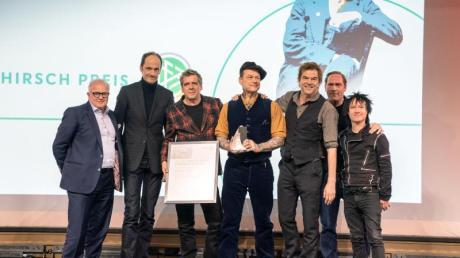 DFB-Präsident Fritz Keller (l) und die Preisträger, die Band Die Toten Hosen. Foto: Frank Rumpenhorst/dpa