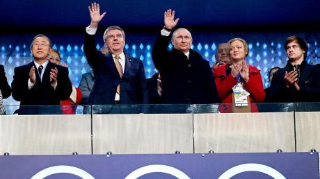 IOC–Präsident Thomas Bach und Russlands Präsident Wladimir Putin bei der Eröffnungszeremonie der Olympischen Winterspiele 2014 in Sotschi. Für das Großereignis war in Russland offenbar systematisch gedopt worden.