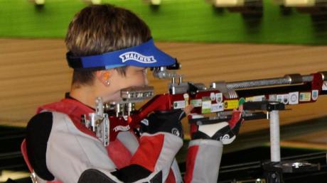 Die aus Mittelneufnach stammende Michaela Kögel (hier bei einem Wettkampf in Großaitingen) erzielte mit dem Luftgewehr 400 von 400 möglichen Ringen und wurde damit ganz überlegen Landkreismeisterin der Frauen.