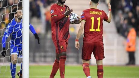 Christian Benteke (M) und Yannick Carrasco feierten mit Belgien einen klaren Sieg gegen Zypern.