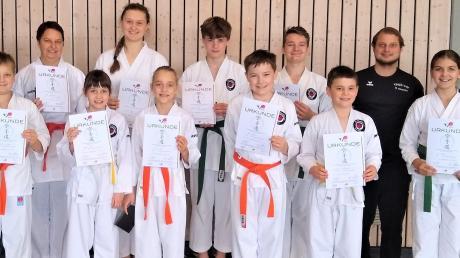 Prüfung bestanden: Die stolzen Karatekas des FC Ehekirchen mit ihren Urkunden.