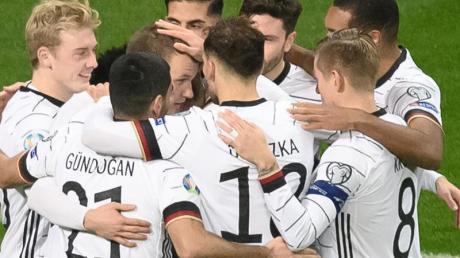 Haben sich mit einem überzeugendem Auftreten und dem Sieg über Nordirland belohnt: Die deutsche Fußball-Nationalmannschaft. Foto: Silas Stein/dpa