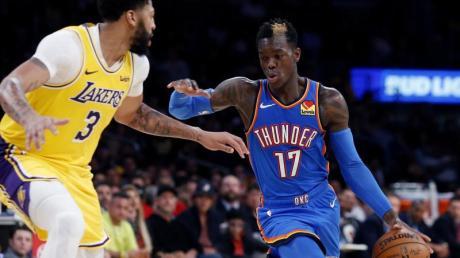 Verlor mit Oklahoma City Thunders bei den Los Angeles Lakers: Dennis Schörder. Dennis Schroeder (l) im Zweikampf gegen Anthony Davis.