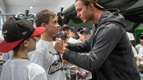 Gefragt beim Baseball-Nachwuchs: MLB-Profi Max Kepler. Foto: Armin Weigel/dpa