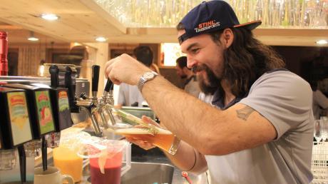 Eine der wichtigsten Aufgaben: Daniel Oppolzer zapft beim Benefiz-Essen des ESV Kaufbeuren im Landgasthof Hubertus Bier für die Gäste.